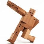 Una idea sencilla para ganar dinero, un robot de madera que es un cubo