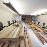Una decoración o diseño minimalista y económico de una oficina de negocios con el uso de pallets de madera