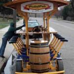 Ideas de negocios divertidas, un bar sobre ruedas, diversión en un vehículo especial a pedal