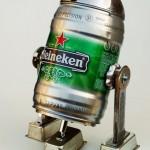 Reciclar para ganar dinero, convertir latas de cerveza en pequeños robots tipo R2-D2